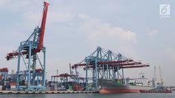 Aktivitas di Jakarta International Container Terminal, Jumat (15/3). BPS mencatat nilai ekspor pada Februari 2019 tercatat sebesar US$12,53 miliar atau turun 10,05 persen dari bulan sebelumnya, yakni US$13,93 miliar.(Liputan6.com/Helmi Fithriansyah)