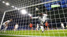 Pemain FC Shakhtar Donetsk, Junior Moraes, mencetak gol yang ke gawang FC Basel pada perempat final di Veltins Arena, Selasa (11/8/2020). Shakhtar Donetsk menang dengan skor 4-1. (Wolgang Rattay/Pool Photo via AP)