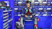 Pebalap Movistar Yamaha, Maverick Vinales menanti giliran mengikuti sesi latihan bebas pada balapan San Marino Moto GP Grand Prix di Marco Simoncelli Circuit, Misano (9/9/2017). (AFP/Andreas Solaro)