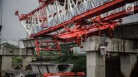 Sejumlah pekerja dan petugas keamanan berada di lokasi ambruknya crane pengerjaan proyek double-double track kereta api di Jatinegara, Jakarta, Minggu (4/2). Belum diketahui secara pasti apa penyebab crane tersebut ambruk. (Liputan6.com/Faizal Fanani)