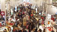 Keramaian pengunjung selama perayaan Black Friday di Macy Herald Square, New York, Kamis (23/11). Black Friday adalah tradisi hari belanja terbesar tahunan di Amerika yang berlangsung sehari setelah hari Thanksgiving (Andy Kropa/AP Images for Macy's Inc.)