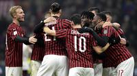 Para pemain AC Milan merayakan gol yang dicetak Zlatan Ibrahimovic ke gawang Torino pada laga Coppa Italia di Stadion San Siro, Milan, Selasa (28/1). Milan menang 4-2 atas Torino. (AFP/Miguel Medina)
