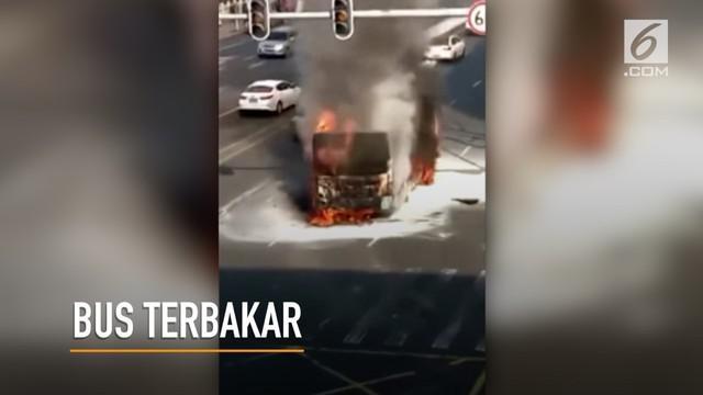Penumpang berlarian saat api kian besar membakar sebuah bus.