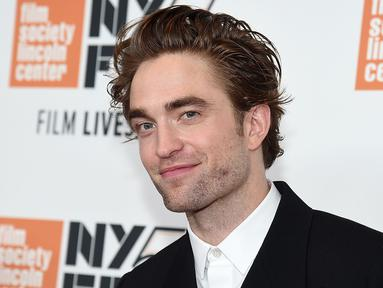 Aktor asal Inggris, Robert Pattinson menghadiri premiere film HIGH LIFE dalam event New York Film Festival di New York City, Selasa (2/10). Robert Pattinson muncul dengan gaya nyentrik yang sukses mencuri perhatian. (Jamie McCarthy/Getty Images/AFP)