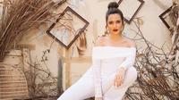 Ia semakin elegan dan menawan saat jalani salah satu pemotretan dengan outfit jumpsuit warna putih. Tampil dengan rambut cepol dan lipstick tebal, Nia sukses bikin terpukau.(Liputan6.com/IG/@ramadhaniabakrie)
