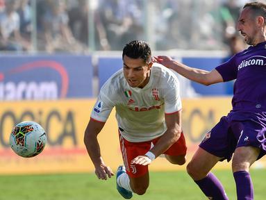 Striker Juventus, Cristiano Ronaldo, berebut bola dengan gelandang Fiorentina, Franck Ribery, pada laga Serie A di Stadion Artemio Franchi, Florence, Sabtu (14/9). Kedua klub bermain imbang 0-0. (AFP/Vincenzo Pinto)