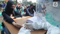 Wisatawan mengikuti rapid test di kawasan Gadog, Bogor, Jawa Barat, Kamis (29/10/2020. Pemkab Bogor mewajibkan wisatawan yang mengunjungi kawasan Puncak dan sekitarnya untuk mengikuti rapid test untuk mencegah penyebaran COVID-19. (merdeka.com/Arie Basuki)