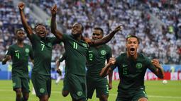 Para pemain Nigeria merayakan gol yang dicetak Victor Moses ke gawang Argentina pada laga grup D Piala Dunia di Stadion St Petersburg, St Petersburg, Selasa (26/6/2018)/ Argentina menang 2-1 atas Nigeria. (AP/Ricardo Mazalan)