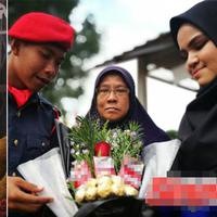 Bukannya buket bunga, cewek ini kasih buket rokok ke pacarnya yang di wisuda. (Foto: WorldofBuzz.com)