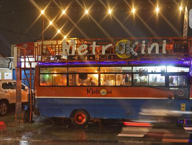 Penampakan kafe yang menggunakan angkutan metromini di Bekasi, Jawa Barat, Kamis (15/4/2021). Kafe ini berinovasi di tengah pandemi COVID-19 dengan menggunakan armada metromini yang sudah tidak terpakai sebagai tempat makan pengunjung. (Liputan6.com/Herman Zakharia)