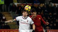 Pemain AC Milan, Alessio Romagnoli dan pemain AS Roma Patrik Schick melompat untuk berebut bola pada laga pekan ke-26 Serie A di Stadion Olimpico, Senin (26/2). AC Milan yang bertindak sebagai tamu menang 2-0 atas AS Roma. (AP/Alessandra Tarantino)