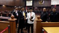 Juru Bicara Hizbut Tahrir Indonesia (HTI) Ismail Yusanto selaku pemohon, bersama kuasa hukum Yusril Ihza Mahendra usai sidang perdana Pengujian Undang - undang Ormas, di Gedung Mahkamah Konstitusi, Jakarta, Rabu (26/7). (Liputan6.com/Johan Tallo)