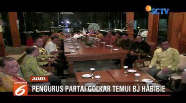 Ketua Umum Partai Golkar Airlangga Hartarto bersama sejumlah pengurus temui BJ Habibie di Setiabudi, Jakarta Selatan.