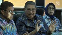 Ketua Umum Partai Demokrat Susilo Bambang Yudhoyono (SBY) memberikan keterangan pers saat memantau hasil quick count Pilkada Serentak 2018 dari Ruang Monitoring di Wisma Proklamasi, Jakarta, Rabu (27/6). (Merdeka.com/Iqbal S. Nugroho)
