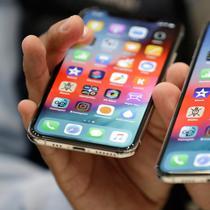 IPhone XS (kiri) dan XS Max diperlihatkan saat peluncuran produk baru Apple di California (12/9). iPhone XS dan XS Max tersedia tiga warna (gold, silver, abu-abu) dan tiga konfigurasi memori (64GB, 256GB, dan 512GB). (AP Photo/Marcio Jose Sanchez)