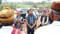 Foto: Gubernur NTT Viktor Laiskodat disambut dengan upacara adat saat berkunjung ke Manggarai Barat (Liputan6.com/Ola Keda)