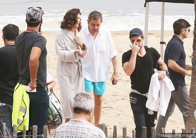 Rowan Atkinson dan Olga Kurylenko saat syuting Johnny English 3. (Ace Showbiz/Maxppp/Pa Images)