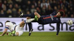 Pemain Paris Saint-Germain, Thiago Motta (kanan) berebut bola dengan pemain Chelsea Garry Cahil pada leg pertama babak 16 Liga Champions, di Parc des Princes, Paris, Rabu (17/2/2016) dini hari WIB.  (AFP / Franck Fife)