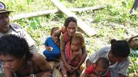 Anak dan orang tua warga suku Mausu Ane Pulau Seram yang dilanda bencana kelaparan.(Liputan6.com/Abdul Karim)