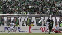 Gelandang Arema FC, Hendro Siswanto, mencetak gol ke gawang Persebaya Surabaya pada laga final Piala Presiden 2019 di Stadion Gelora Bung Tomo, Surabaya, Selasa (9/4). Kedua tim bermain imbang 2-2. (Bola.com/Yoppy Renato)