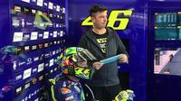 Pebalap Movistar Yamaha, Valentino Rossi, diprediksi akan menunda pensiun dan tetap membalap di MotoGP pada 2019. (Yamaha MotoGP)