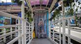 Calon penumpang memasuki bilik disinfektan di Halte Transjakarta Harmoni, Jakarta, Selasa (7/4/2020). Pemasangan bilik disinfektan tersebut sebagai upaya pencegahan penyebaran virus Corona COVID-19 di lingkungan Halte Transjakarta. (Liputan6.com/Faizal Fanani)