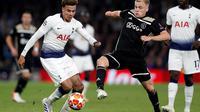 Aksi Dele Alli berusaha melewati Donny van de Beek pada leg 1, Semifinal Liga Champions yang berlangsung di Stadion Tottenham Hotspur, London, Rabu (1/5). Ajax menang 1-0 atas Tottenham Hotspur. (AFP/Emmanuel Dunand)