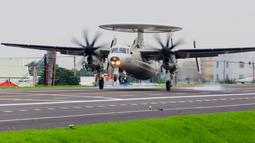 "Pesawat peringatan dini, E2-K buatan Amerika Serikat milik Angkatan Udara Taiwan mendarat di jalan raya dalam rangkaian latihan militer ""Han Kuang"" di wilayah selatan Changhua, Selasa (27/5/2019). Latihan perang itu sebagai simulasi untuk mengantisipasi serangan China. (Military News Agency via AP)"