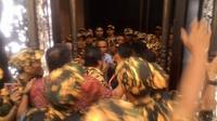 Kericuhan sayap partai mewarnai Munaslub Partai Golkar di Bali Nusa Dua Convention Center (BNDCC), Bali, Minggu (15/5/2016) malam. (Liputan6.com/Ahmad Romadoni)