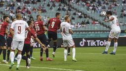 Timnas Denmark langsung unggul pada menit kelima lewat sundulan Thomas Delaney. Memanfaatkan umpan sepak pojok Stryger Larsen, gelandang berusia 29 tahun itu berhasil menggetarkan gawang Timnas Republik Ceska. (Foto: AP/Pool/Ozan Kose)