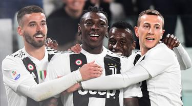 Para pemain Juventus merayakan gol yang dicetak Moise Kean ke gawang Udinese pada laga Serie A di Stadion Allianz, Turin, Jumat (8/3). Juventus menang 4-1 atas Udinese. (AFP/Miguel Medina)