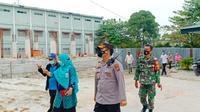 Kepala Polsek Tampan Kompol Ambarita berkoordinasi dengan pengurus Pesantren Darel Hikmah yang terdapat klaster Covid-19. (Liputan6.com/M Syukur)