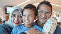 Sandiaga Uno bersama istri, Nur Asia dan putranya, Sulaiman. (dok. Instagram @sandiuno/https://www.instagram.com/p/BzPNWIgBYsT/Putu Elmira)