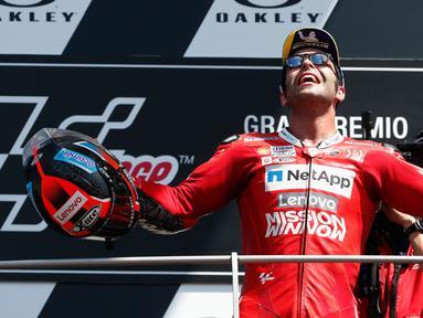 Pembalap Ducati, Danilo Petrucci berselebrasi merayakan kemenangan Grand Prix MotoGP Italia di sirkuit Mugello, Italia (2/6/2019). Petrucci berhasil menjadi juara MotoGP Italia 2019 disusul Marc Marquez (Honda) urutan kedua, dan Andrea Dovizioso (Ducati) di urutan ketiga. (AP Photo/Antonio Calanni)