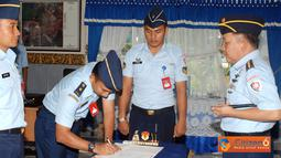 Danlanud Suryadarma memimpin sertijab di ruang rapat Lanud Suryadarma.