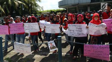 Puluhan mantan karyawan 7-Eleven (Sevel) membawa poster saat melakukan aksi di Jakarta, Rabu (22/2). Mereka mendesak agar PT Sevel Indonesia (MSI) segera membayarkan pesangon. (Liputan6.com/Angga Yuniar)