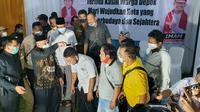 M Idris mencukur rambut sejumlah relawan pendukung merayakan kemenangan Pilkada Depok. (Dicky/Liputan6.com)