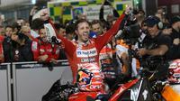Pembalap Ducati, Andrea Dovizioso berselebrasi usai berhasil memenangkan seri pembuka MotoGP di Sirkuit Internasional Losail di Doha, Qatar (10/3). Ini kemenangan kedua beruntun Dovizioso di MotoGP Qatar. (AP Photo/Hanson Joseph)