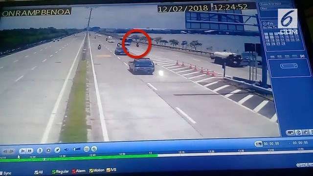 Rekaman cctv pengemudi ojek online ditabrak dan dilindas bus di jalan tol Tanjung Benoa, Bali, viral di media sosial.
