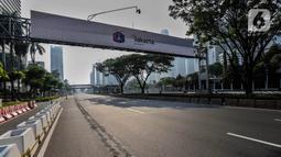 Beberapa kendaraan melintas di salah satu ruas jalan utama Jakarta, Kamis (13/5/2021). Jalanan Ibu Kota lengang pada libur hari Idul Fitri 1442 H. (Liputan6.com/Johan Tallo)