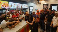 Mantan Gubernur DKI Jakarta, Ahok berfoto bersama dengan para karyawan KFC setelah acara peresemian gerai ke-700 di Solo, Kamis (5/12).(Liputan6.com/Fajar Abrori)