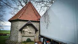 """Truk kontainer yang menabrak kapel Antoniuskapelle Antonius, tempat ibadah bagi umat Kristen di Hortsmar, Jerman barat (3/1). Menurut kepolisian setempat, kecelakaan truk tersebut diakibatkan oleh badai """"Burglind"""". (AFP PHOTO/dpa/Jens Keblat/Germany OUT)"""