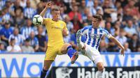 Pemain Chelsea, Ross Barkley berebut bola dengan pemain Huddersfield Town, Jonathan Hogg, pada laga Premier League di Stadion John Smith's, Sabtu (11/8/2018). Chelsea menang 3-0 atas Huddersfield Town. (AP/Mike Egerton)