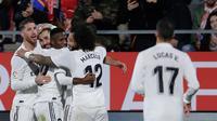 Penyerang Real Madrid, Karim Benzema (kedua kiri) berselebrasi dengan timnya setelah mencetak gol ke gawang Girona pada leg kedua perempat final Copa del Rey di Stadion Municipal de Montilivi, Kamis (31/1). Real Madrid menang 3-1. (AP/Manu Fernandez)