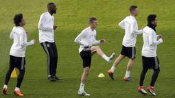 Gelandang Jerman, Toni Kroos, tampak serius saat melakukan sesi latihan jelang laga persahabatan di Berlin, Jerman, Selasa, (27/3/2018). Jerman akan berhadapan dengan Brasil. (AP/Michael Sohn)