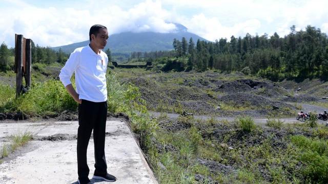 Presiden Jokowi saat mengecek upaya revitalisasi lahan kritis sekitar Dam Kali Putih, Magelang Jawa Tengah, Jumat (14/2/2020).