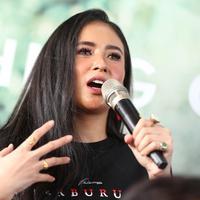 Wanita Kelahiran Jakarta ini tampak menggunakan baju kaus hitam bertuliskan Perburuan dalam peluncuran poster film tersebut. Ayushita diketahui akan berperan sebagai Ningsih yang merupakan kekasih pemeran utama Hardo. (KapanLagi.com/Adrian Utama Putra)