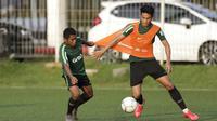 Pemain Timnas Indonesia U-22, Hanif Sjahbandi, berebut bola dengan Billy Keraf saat latihan di Lapangan ABC Senayan, Jakarta, Kamis (14/2). Latihan ini merupakan persiapan terakhir jelang Piala AFF U-22 2019 di Kamboja. (Bola.com/M. Iqbal Ichsan)