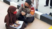 Polres Metro Jakarta Pusat bagikan 100 modem gratis kepada masyarakat sekitar. Modem tersebut nantinya digunakan untuk membantu kegiatan belajar mengajar. (Habibi/Merdeka.com)