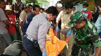 Polisi usai melakukan olah TKP tewasnya pasutri yang menggegerkan warga Cirebon. Foto (Liputan6.com / Panji Prayitno)